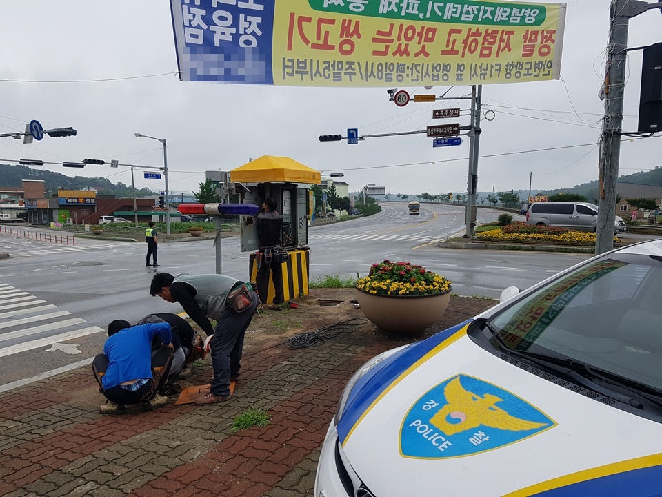 갈산면 소재지 안면도 방향 국도 29호선 사거리에서는 밤사이 내린 폭우로 인해서 신호등이 꺼져 경찰이 수신호로 차들의 소통을 시켰다. 고장난 신호등을 수리하기 위해 관련업체 직원들이 작업을 하고 있다.