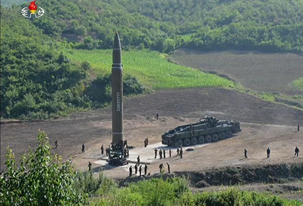 북한 조선중앙TV는 4일 대륙간 탄도미사일(ICBM) '화성-14' 시험발사에 성공했다며 ICBM 발사 모습을 공개했다. 사진은 북한이 발사한 '화성-14'의 모습.