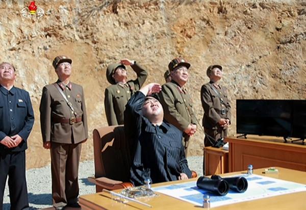 북한 조선중앙TV는 4일 대륙간 탄도미사일(ICBM) '화성-14' 시험발사에 성공했다며 ICBM 발사 모습을 공개했다. 사진은 시험발사를 지켜보는 김정은.
