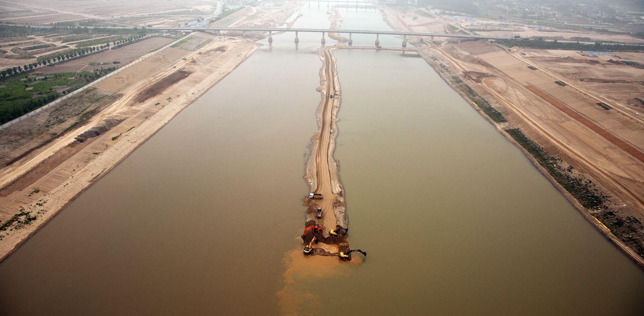 모래가 쌓인 죽은 강을 살린다며 강을 직선화하여 거대한 수로로 만들었다. 4대강이 굴착기 삽질 아래 붉은 피 흘리며 죽어갔다.