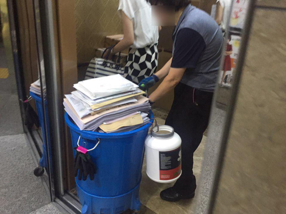 5일 오전 7시께 한 청소노동자가 신문과 우편물을 의원실로 옮기고 있다.