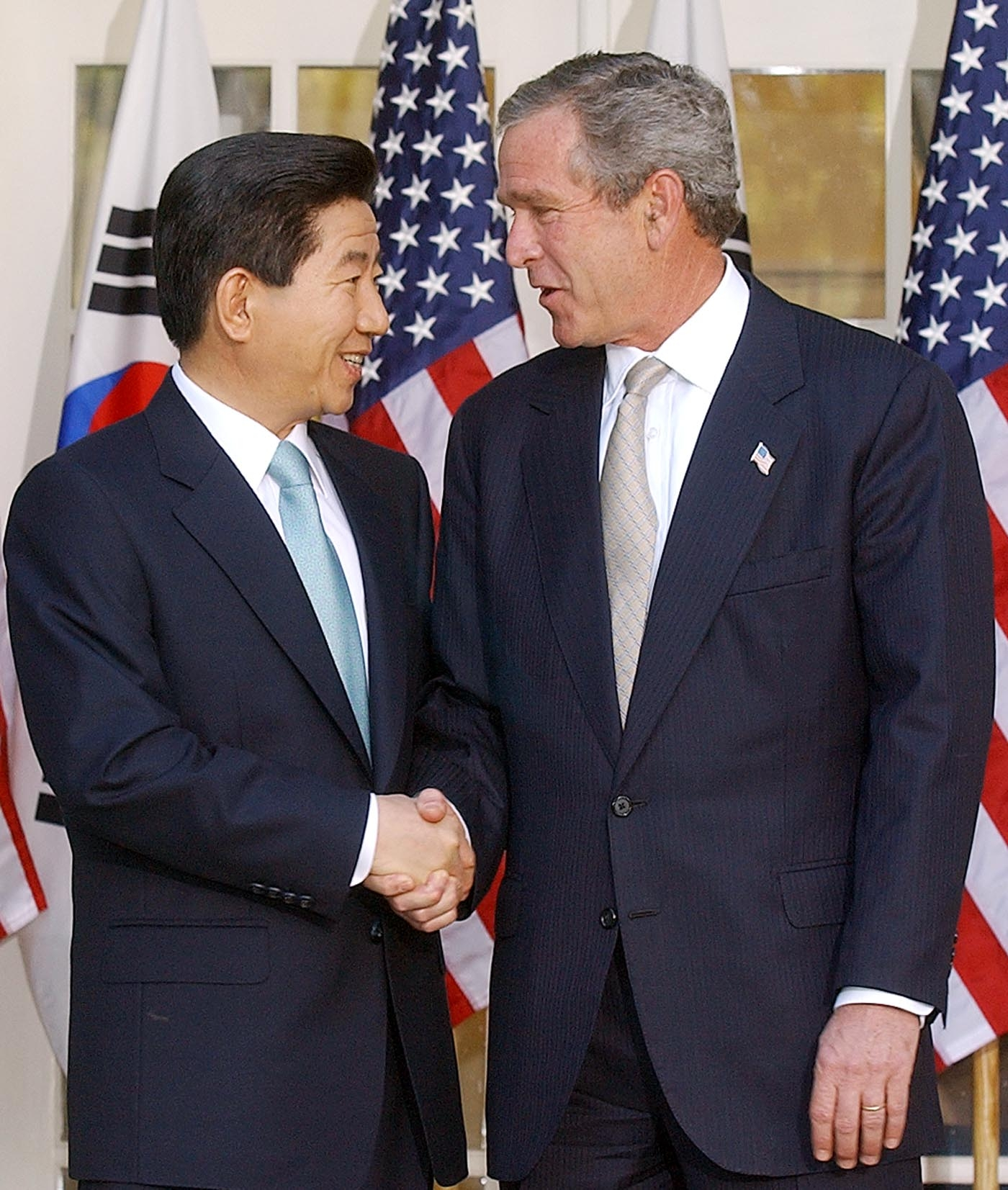 2003년 5월 14일 오후(현지 시간), 백악관에서 한미 정상회담을 마친 부시 미 대통령과 노무현 대통령이 기자회견을 마친 뒤 악수하고 있다.
