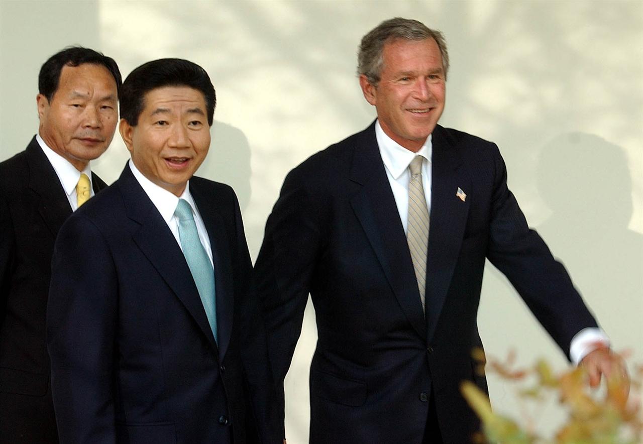 2003년 5월 14일 오후(현지 시간), 백악관 로즈가든에서 열린 한미 정상 기자회견을 마친 노무현 대통령과 부시 미대통령이 밝은 표정으로 접견실로 향하고 있다.