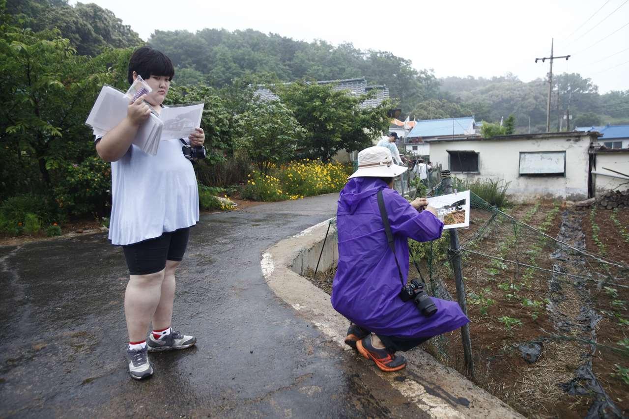 작품을 마을에 걸고 있다.