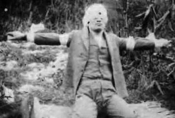 1932년 12월 19일, 윤봉길 의사의 순국 직후 장면을 촬영한 사진. 미간의 관통 자국이 선명하다.