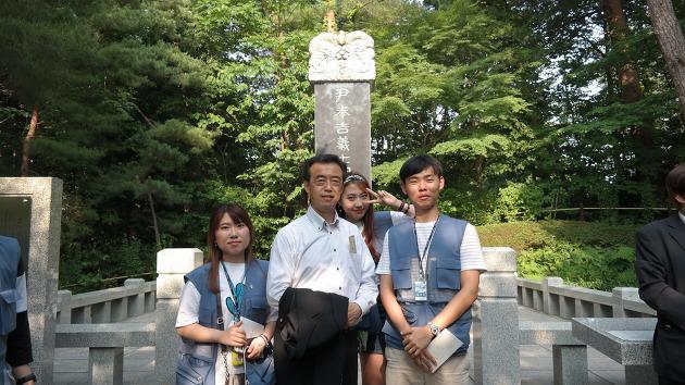 윤봉길 의사 순국기념비 앞에서 모리 가츠토시 의원과 함께