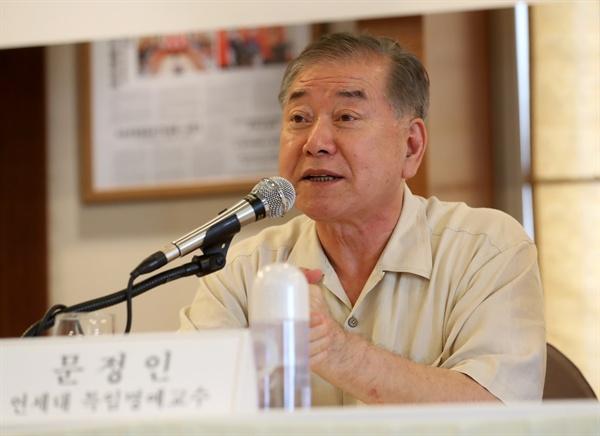 6일 오후 서울 중구 프레스센터에서 한미클럽이 주최한 '문재인 정부와 한미동맹 세미나'에서 문정인 통일외교안보 특보가 한미회담의 성과에 대해 발언하고 있다.