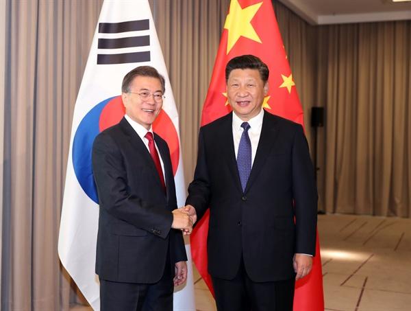 문재인 대통령과 시진핑 중국 국가주석이 6일 오전(현지시간) 베를린 인터콘티넨탈 호텔에서 열린 한-중 정상회담에서 악수하며 미소 짓고 있다.