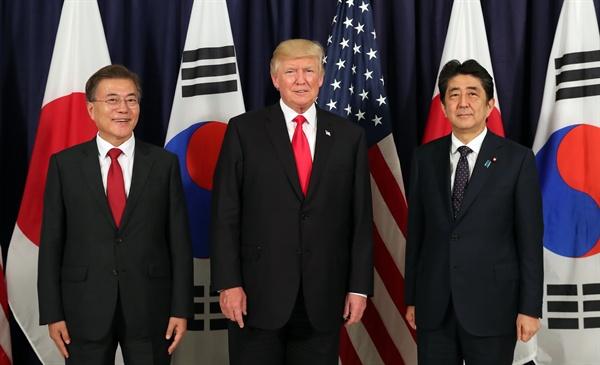 문재인 대통령(왼쪽)과 도널드 트럼프 미국 대통령, 아베 신조 일본 총리가 6일 오후(현지시간) G20 정상회의가 열리는 독일 함부르크 시내 미국총영사관에서 열린 한미일 정상만찬에서 기념촬영을 하고 있다.