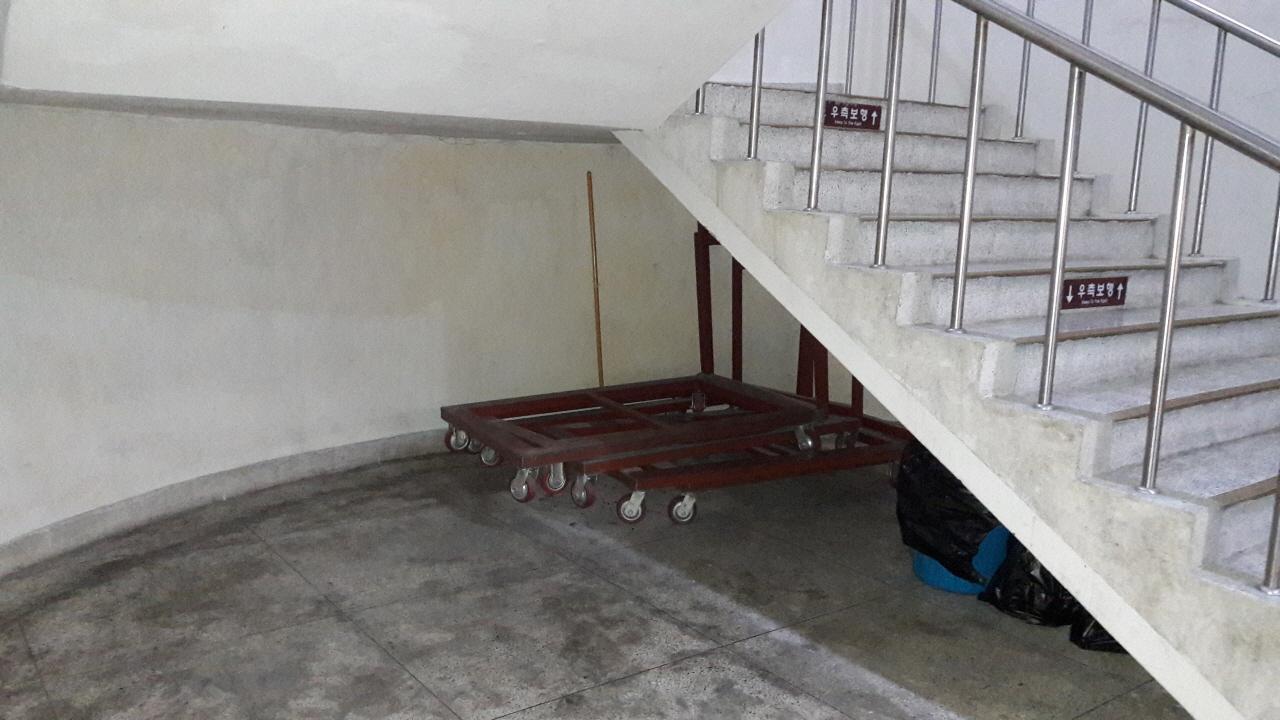 원래 연구관 지하 2층 계단 밑에는 아무것도 없었다. 휴게실이 만들어지기 전에는 그냥 개활지처럼 텅 비어 있었다.