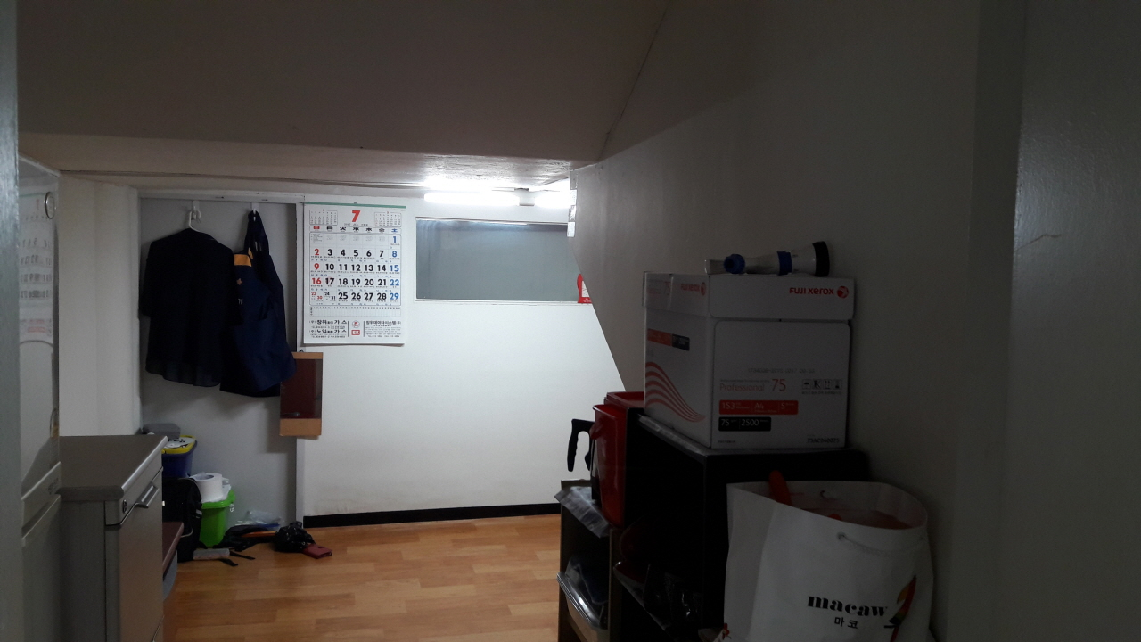 연구관 휴게실 출입문 반대편과 왼쪽(출입문을 등지고 서 있을 때 기준) 벽면 뒤로 좁은 공간이 있는데, 그곳으로 나가는 문이 각각 하나씩 달려 있다. 그 문을 열고 나가면, 시멘트 바닥이 보인다.