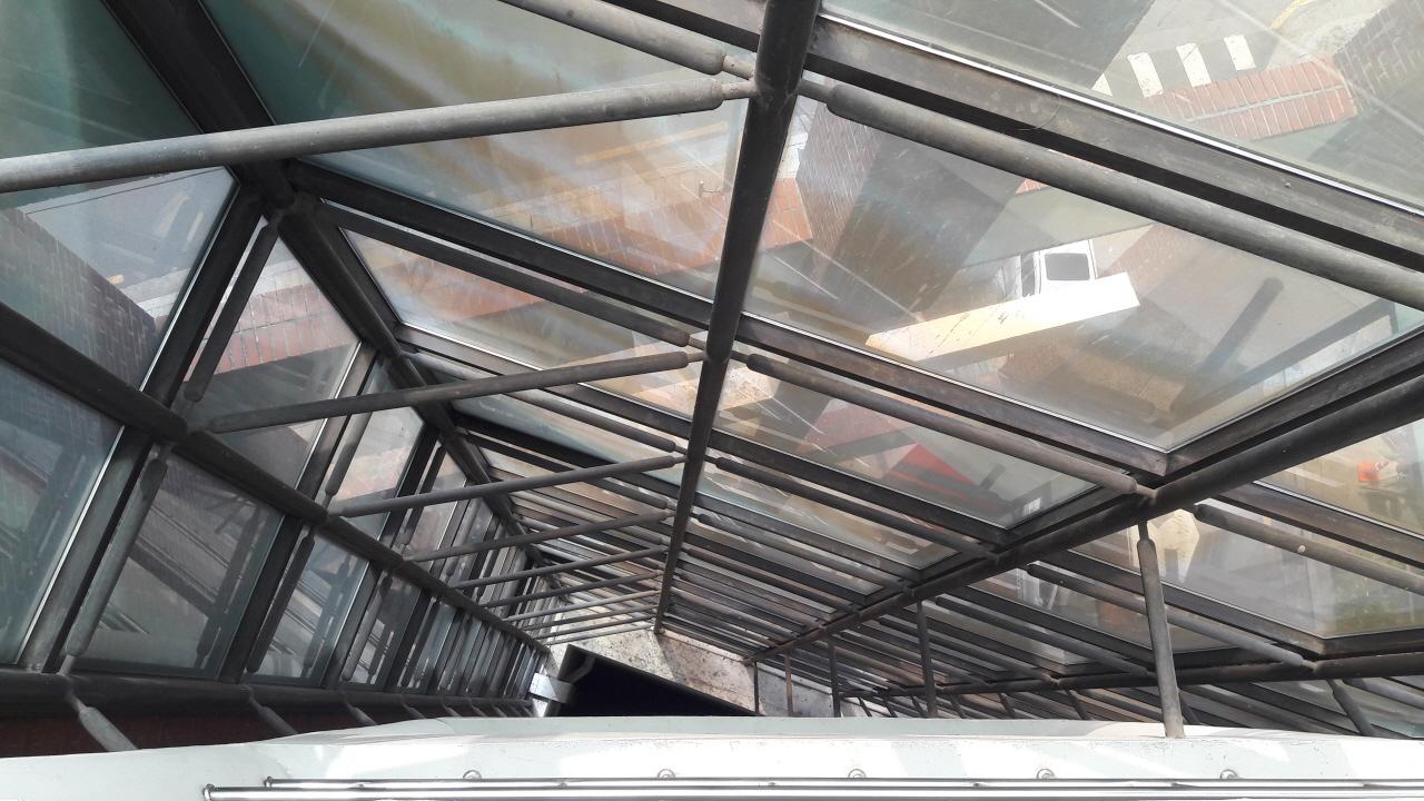 연구관 휴게실 출입문 반대편과 왼쪽(출입문을 등지고 서 있을 때 기준) 벽면 뒤로 좁은 공간이 있는데, 그곳으로 나가는 문이 각각 하나씩 달려 있다. 그 문을 열고 나가면, 시멘트 바닥이 보인다. 그 틈새에 서서 고개를 들고 위를 쳐다보면, 지상 10층의 천장이 하늘같이 느껴진다. 그곳은 바로 위층 천장이 없고, 그냥 10층까지 뻥 뚫려 있기 때문이다.