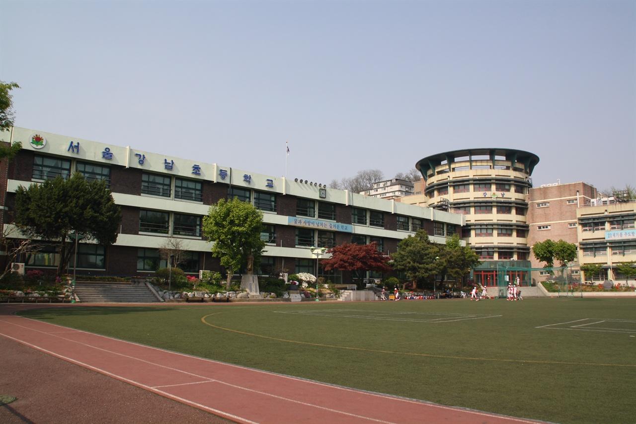 강남초등학교 한강 이남을 뜻하는 '강남'이라는 지명은 영등포 일대를 지칭하는 의미로 1940년대부터 1970년대 초까지 사용되었다. 서울 동작구 상도동에 위치한 강남초등학교는 '강남'이라는 말이 공식적으로 사용된 첫 사례이다.