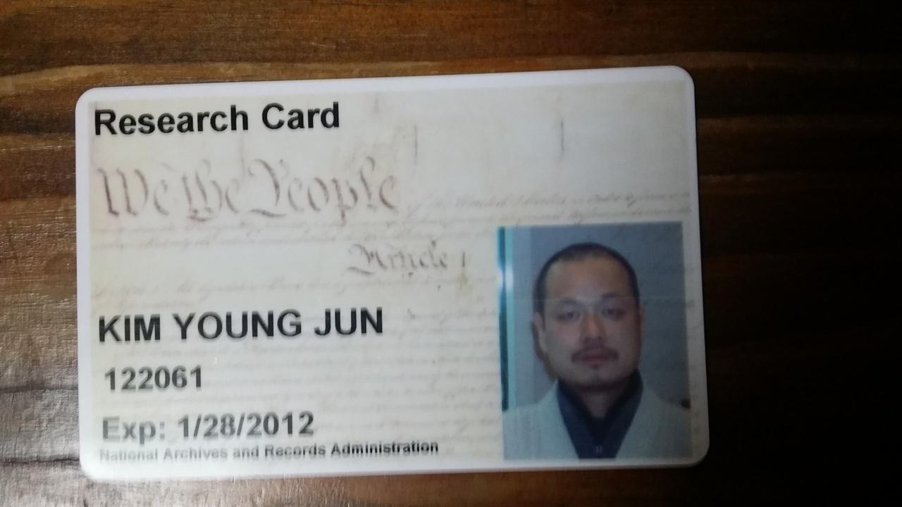 미국 국가기록보존소 출입증 2011년 문화재제자리찾기 혜문대표가 미국 국가기록보존소에 방문하여 <볼티모어 선>기사를 발견했다. 2012년 1월 28일까지 출입증을 사용할 수 있다고 표시돼있다.