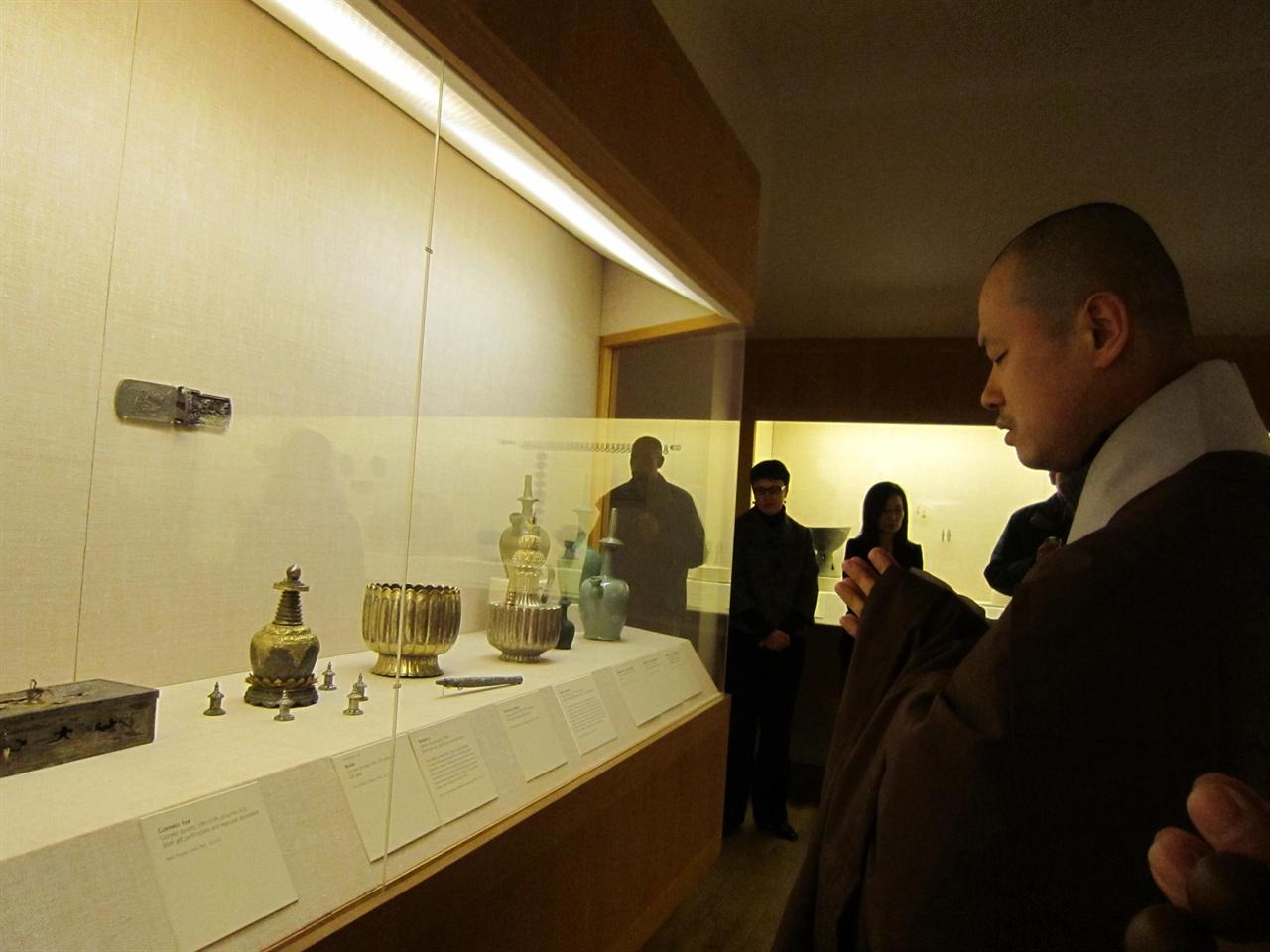 보스턴 미술관 라마탑형 사리구 방문조사 당시(2011년) 조계종 승려였던 문화재제자리찾기 혜문 대표가 회암사지에서 반출됐다고 추정되는 사리를 예경하고있다.