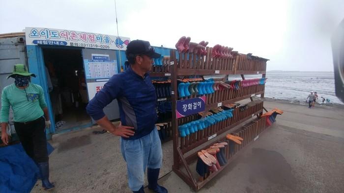 오이도 어촌계원이 장화 등의 갯벌체험 장비를 관리하고 있습니다.