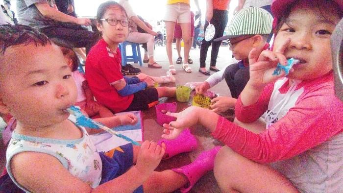 아이들은 자신들이 잡아온 조개를 만지면서 무척이나 즐거운 표정을 짓고 있었습니다