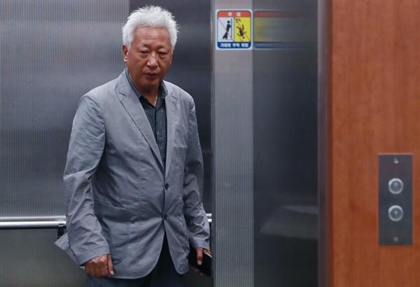 자유한국당 혁신위원장에 임명된 류석춘 연세대 교수가 10일 오후 서울 여의도 자유한국당 당사를 떠나며 엘리베이터에 오르고 있다.