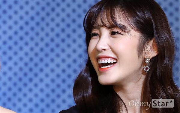 11일 오전 서울 서교동의 한 호텔에서 열린 MBC에브리원 <비디오스타> 1주년 기념 기자간담회에서 MC 전효성이 미소를 짓고 있다. <비디오스타>는 MBC 예능 <라디오스타>의 여자판 스핀오프 프로그램으로 시청률이 1% 넘을 경우 비키니 촬영을 하겠다는 공약을 내건 바 있다. 매주 화요일 오후 8시 30분 방송.