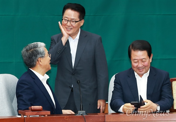 11일 오후 국회에서 열린 국민의당 의원총회에서 박지원 의원이 김동철 원내대표, 박주선 비대위원장과 이야기를 하고 있다.
