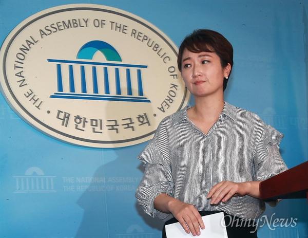 '밥하는 동네 아줌마' 발언 사과한 이언주 이언주 국민의당 의원이 11일 오후 서울 여의도 국회 정론관에서 기자회견을 열고 학교급식 노동자에 '밥하는 동네 아줌마'라고 발언한 것에 대해 사과했다.