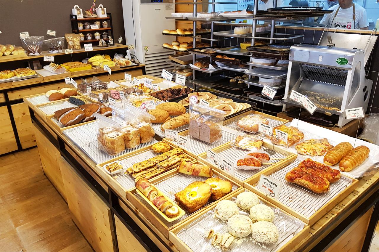 시장엔 다양한 빵들이 기다리고 있다.