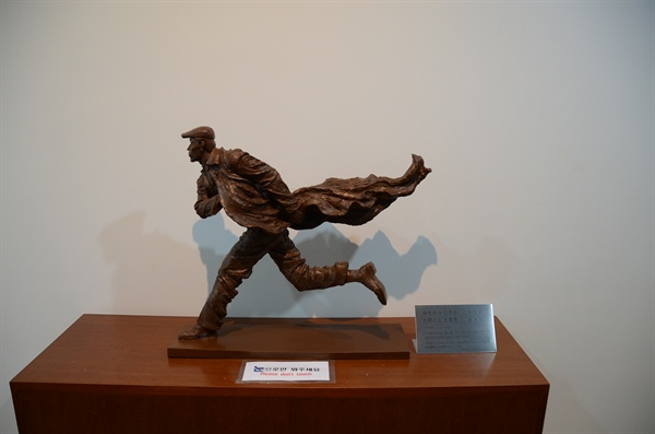 지난 2014년 4월 차하얼학회가 안중근의사숭모회에 기증한 안중근 의사 소형 동상. 의정부시가 유치하겠다는 동상과 같은 디자인이다. 크기만 다를 뿐이다.