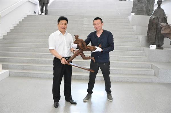 지난 2014년 5월 차하얼학회가 중국 북경은제예술관에 기증한 안중근 의사 동상. 의정부시가 유치하려는 안중근 의사 동상과 디자인이 동일하다.