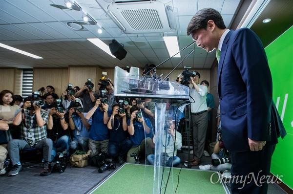 국민의당 안철수 전 대선후보가 12일 오전 서울 여의도 당사에서 문준용 제보조작 사건에 대한 입장표명을 마치고 인사하고 있다.