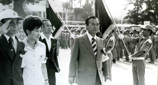 1975년 6월 21일 서울 배재고등학교에서 열린 한국 구국십자군 창군식에 박근혜 당시 영부인 대행과 최태민(왼쪽)씨가 참석해 있다.