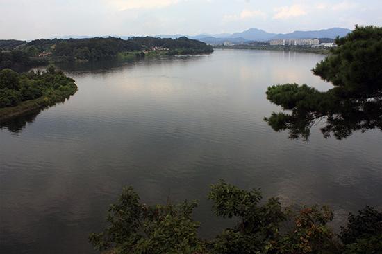 탄금대(위 사진)에서 신립이 패전 끝에 스스로 죽음을 택했다는 보고를 들은 선조는 서울을 떠나 북쪽으로 피란길에 올랐다.