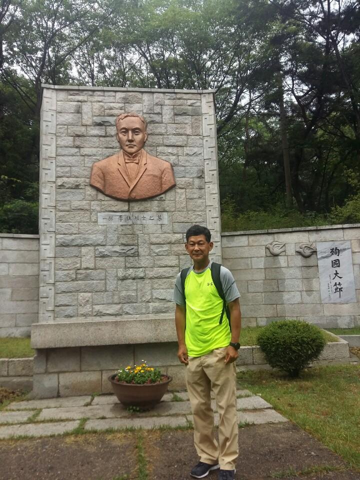 이준열사 묘역 앞에서 네덜란드 헤이그 이준열사기념관에서 출발해 16개국 16,000km를 달리는 유라시아 횡단 마라톤을 떠나기 전 수유리의 이준 열사 묘역을 7월 초에 참배하다.