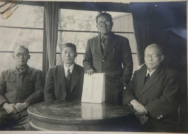 언론에 처음 공개된 박열의 사진(왼쪽 두 번째).
