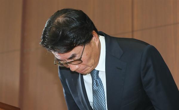 자신의 차를 모는 운전기사에 상습 폭언을 일삼은 것으로 드러난 이장한 종근당 회장이 14일 서울 충정로 본사 대강당에서 공식 사과문을 발표하고 고개를 숙이고 있다.