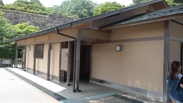 가나자와성 내에 위치한 공중화장실. 역사학계에서는 윤봉길 의사 구금소 터로 추정하고 있다.