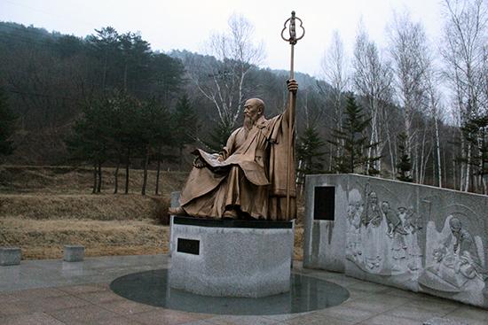 건봉사 입구 사명대사 동상