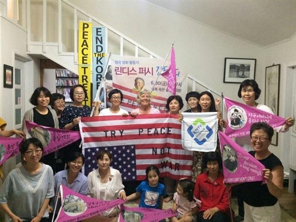 평화어머니회는 매주 화. 목에 대사관 앞 1인 시위를 한다