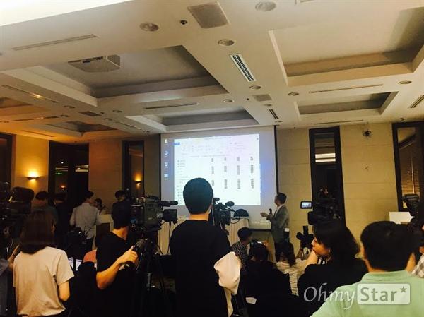 이수성 감독이 영화 <전망 좋은 집> 당시 체결한 계약서를 설명 중이다.