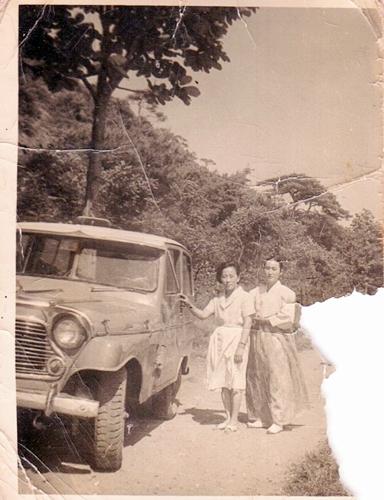 기생들 나들이 사진(1950년대 김난주와 도심이)