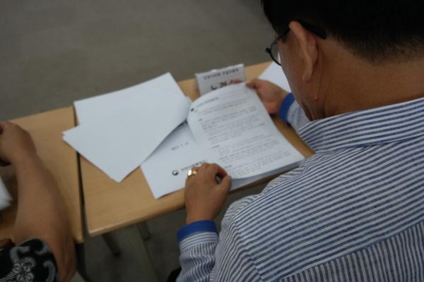 더불어민주당 인천시당 주최 '해양수산발전 정책 간담회' 모습. 더불어민주당 인천시당에서 주최한 '해양수산발전 정책 간담회'에서 한 참석자가 자료를 꿈꿈히 살펴보고 있다.