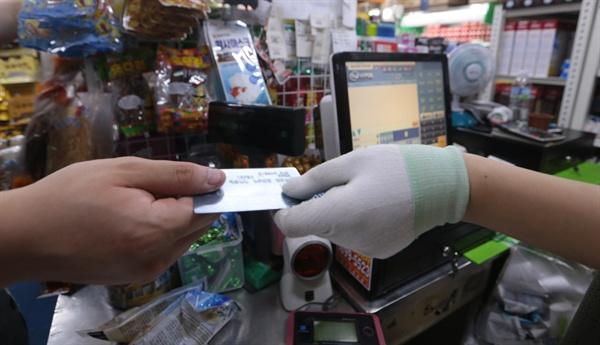 지난 16일 서울 시내 한 재래시장 마트에서 고객들이 신용카드로 물건을 사고 있다. 정부는 최저임금 인상으로 인한 소상공인과 영세 중소기업의 부담을 덜어주기 위해 우대 수수료를 적용받는 영세(0.8%)·중소가맹점(1.3%) 범위를 확대해 이달 말부터 즉시 적용한다. 연말까지 카드 수수료 종합 개편방안도 마련키로 했다.