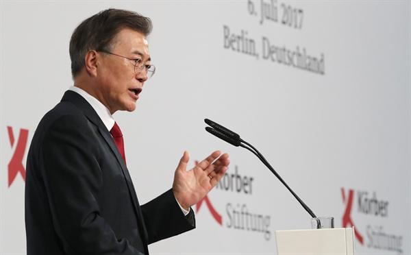문재인 대통령이 지난 6일 오후(현지시간) 구 베를린 시청 베어 홀에서 쾨르버 재단 초청으로 한반도 평화구축과 남북관계, 통일을 주제로 연설하고 있다.