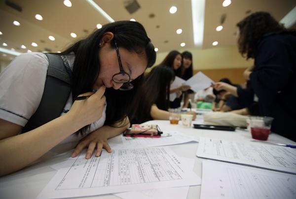 7일 서울 은평구청에서 열린 '은평 여성일자리 JOB GO 매칭데이'에서 한 고등학생이 서류를 작성하고 있다.