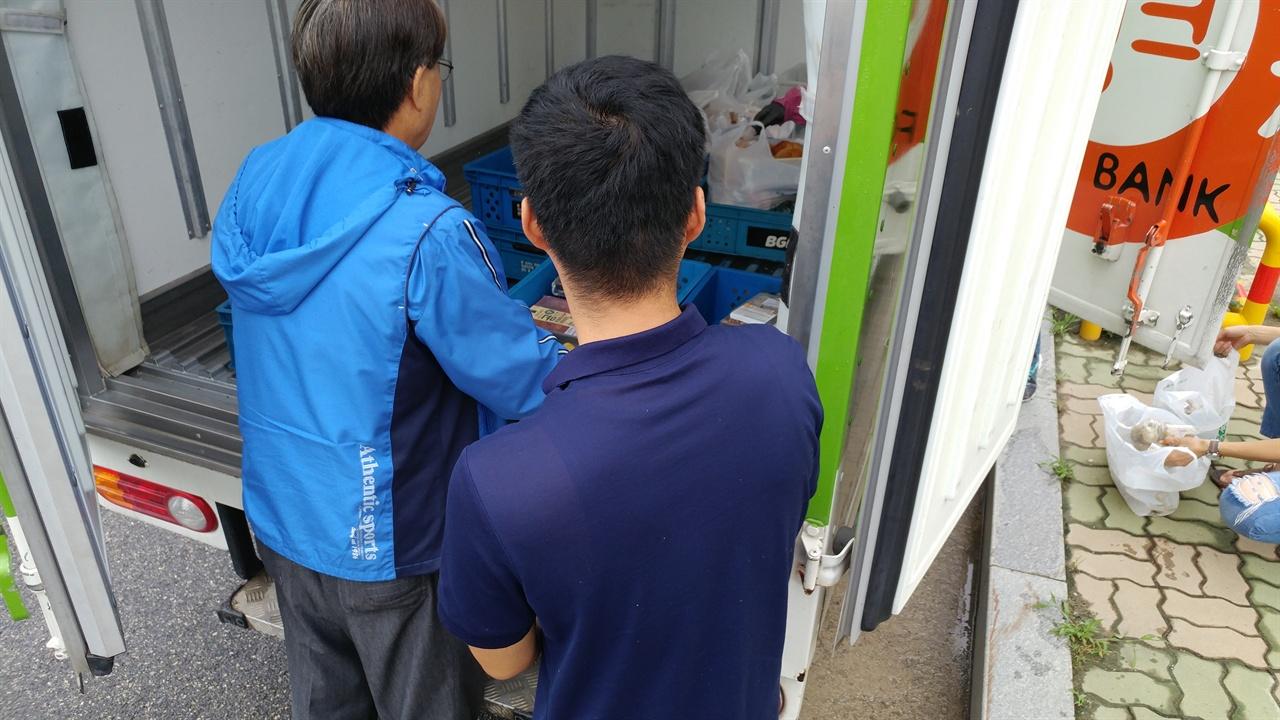 후원자들이 보낸 음식들이 가득 실려있는 트럭.