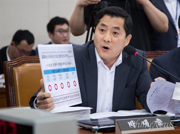 자유한국당 박대출 의원이 19일 오전 서울 국회 미방위에서 열린 이효성 방송통신위원장 청문회에서 모두발언을 하며 이 후보자 관련 자료를 들고 있다.