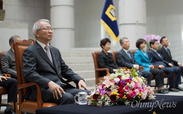 양승태 대법원장이 19일 오후 서울 서초구 대법원에서 조재연-박정화 대법관 취임식에 참석하고 있다.