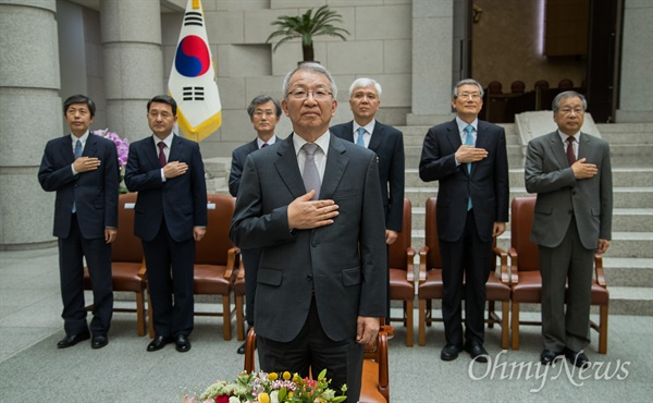 양승태 대법원장이 19일 오후 서울 서초구 대법원에서 조재연-박정화 대법관 취임식에 참석해 국민의례를 하고 있다.