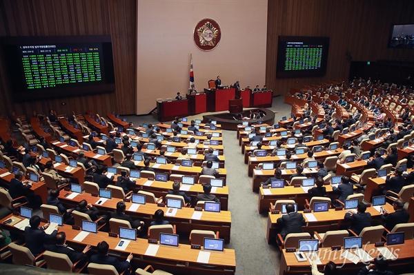 국회, 정부조직법 개정안 통과 정세균 국회의장이 20일 오후 서울 여의도 국회 열린 본회의에서 정부조직법 개정안 가결을 선포하며 의사봉을 두드리고 있다. 이날 정부조직법 개정안은 재적 221인 중 찬성 182인, 반대 5인, 기권 34인으로 가결됐다.