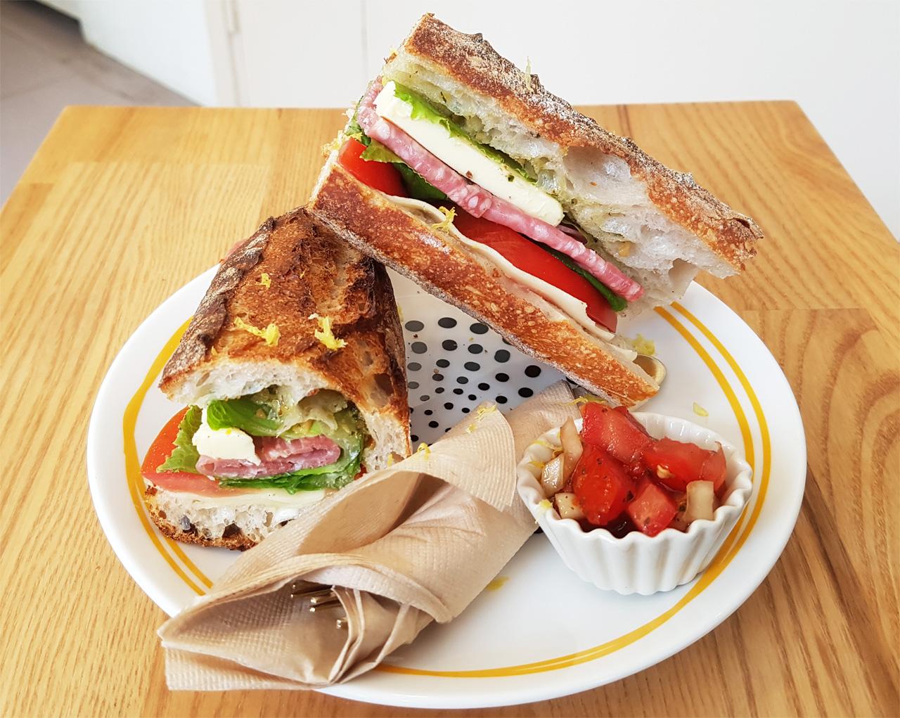 대표 메뉴인 바게트 샌드위치다.