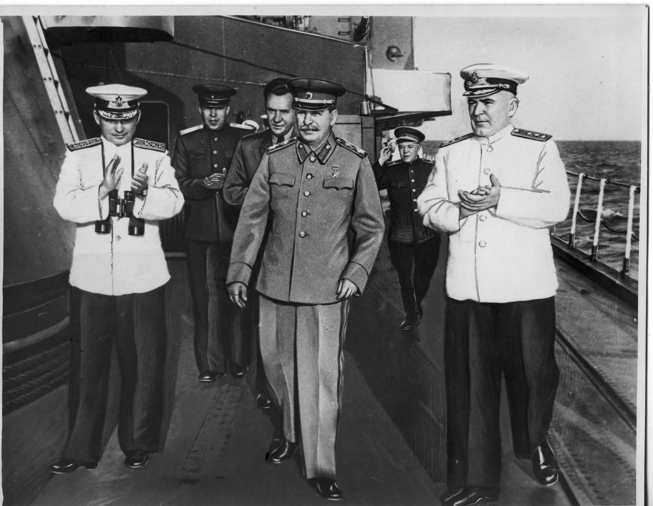 소련의 스탈린(가운데) 수상이 군함을 순시하고 있다.